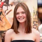A atriz Elle Fanning que era loiríssima, agora está com os cabelos castanhos.