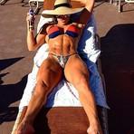 Michelly Crisfepe exibe corpo ultramusculoso ao se bronzear em Las Vegas