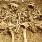 Ciência - Descobertos esqueletos com 700 anos de mãos dadas