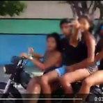 Motociclista com excesso de pessoas leva maior tombo