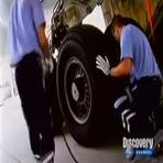 Você já viu como se troca um pneu de avião?