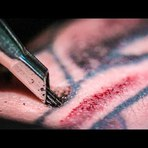 Veja como uma tatuagem é feita com super close e slow motion (VÍDEO)