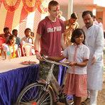 Indignado com pobreza na Índia, jovem cria ONG para doar bicicletas