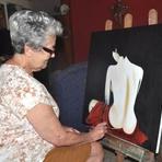 Viúva de um amor de 64 anos pinta telas por saudade e desafia o Parkinson