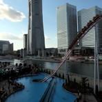 Parque tem montanha-russa que 'mergulha' na água no Japão