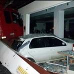 Pintura - Caminhão desgovernado acerta cinco carros em posto de gasolina na BR-470, em Blumenau