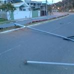 Pintura - Carro sobe em canteiro e derruba postes de iluminação pública em Balneário Camboriú
