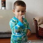 #Absurdo: Vídeo mostra criança sendo incentivada a fumar