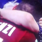 Esportes - Jogador comove o país ao comemorar gol abraçando a avó na arquibancada