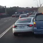 Vídeos - Assista ao momento em que dois veículos disputam mesma faixa em rodovia movimentada