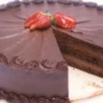 Bolo de chocolate com recheio e cobertura
