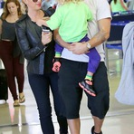 Alanis Morissette e família no aeroporto de Los Angeles