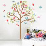 Decoração de parede com adesivo de árvore