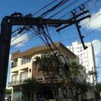 Pessoal - Caminhão bate em poste e causa falta de energia em bairro de Itajaí