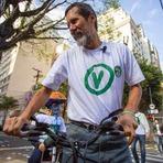 EDUARDO JORGE VAI DE BICICLETA À SEÇÃO ELEITORAL EM SÃO PAULO; CANDIDATO DISSE QUE VAI DECLARAR APOIO NO 2º TURNO