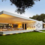 Casa de vidro minimalista aberta para a natureza
