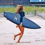 Gisele Bündchen surfa com prancha Chanel em campanha