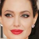 Truque para ter lábios carnudos como da Angelina Jolie