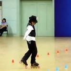 Vídeos - Menina chinesa surpreende com incríveis passos de patinação e dança