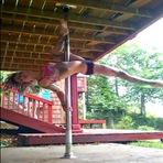 Mulher dança no pole dance de um jeito que você nunca viu
