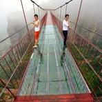 Aterrorizante ponte de vidro é inaugurada na China
