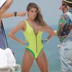 Deborah Secco foi fotografada de maiô em praia do Rio