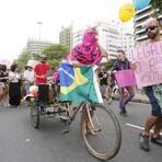 Comportamento - Parada gay em Copacabana critica ex-candidato à Presidência e pede criminalização de homofobia