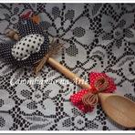 Colher de madeira decorada com tecido.