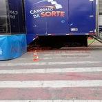 Caminhão da Sorte das Loterias Caixa estaciona em cima da faixa de pedestre.