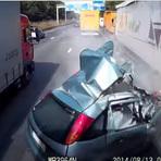 Diversos - Vídeo postado no youtube mostra um acidente impressionante após motorista tentar trocar de faixa