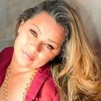 Mulher que retirou mamas posa para fotos em ação do 'Outubro Rosa'