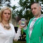 Família fica chocada após receber mensagens de um celular que foi enterrado junto à avó