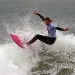 Meninas do surfe competem na praia da Joaquina, em Florianópolis