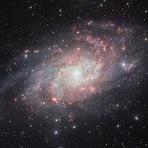 Espaço - Astrofoto: Nuvens brilhantes nos braços espirais de Messier 33