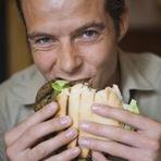 Comer hambúrguer é mais prejudicial a homens do que a mulheres