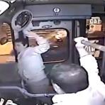 Homem tenta roubar ônibus e acaba levando um coro do motorista