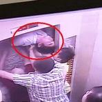 Vídeo flagra momento em que homem quase é cortado ao meio ao tentar sair de elevador enguiçado