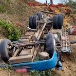 Caminhão cai em barranco e mata três pessoas na BR-104, na Paraíba