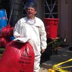 Homem decora sua casa em Dallas contra o Ebola
