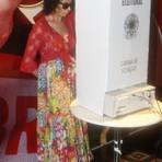 Celebridades - Claudia Alencar tem crise de choro ao votar: 'Graças a Deus, não vomitei'