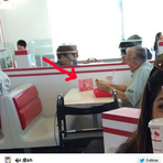 Foto mostra um idoso lanchando acompanhado da foto de sua esposa, emocionante essa historia