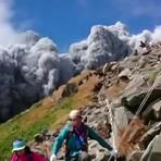Inesperada erupção foi gravada por câmera de celular na beira do vulcão.