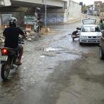 Diversos - Rua topázio continua com bastante lixo e servindo de cemitério de carros.