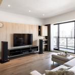 Apartamento moderno com diversas ideias de como usar madeira na decoração