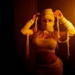 Jéssica Lopes vira múmia sensual para entrar no clima do Dia das Bruxas