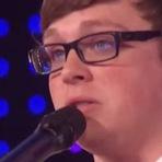 Música - Rapaz gay expulso de casa emociona público em show de tv