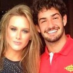 Alexandre Pato e Fiorella Mattheis trocam carícias em jantar entre amigos, diz revista