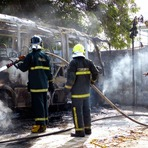 Poesias - Micro-ônibus pega fogo em Parnamirim na tarde desta domingo (09)