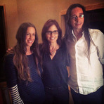 "Topado Vargas junto com Alanis Morissette e Lesley Chilcott para o documentário ""A Small Section of the World"""