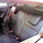 Bancos de couro preto com costuras vermelhas no Ford New Fiesta